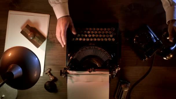 Journalist im Stil der 1950er Jahre telefoniert nachts