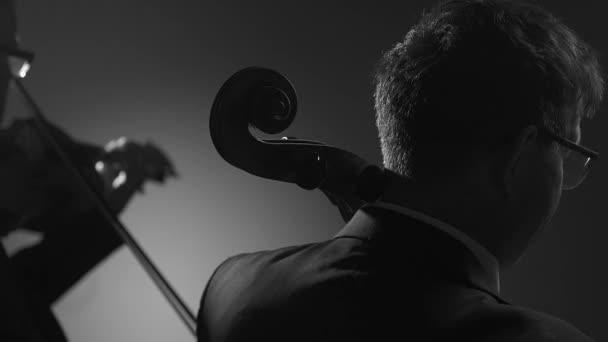 Csellista és hegedűművész együtt teljesítő színpadon