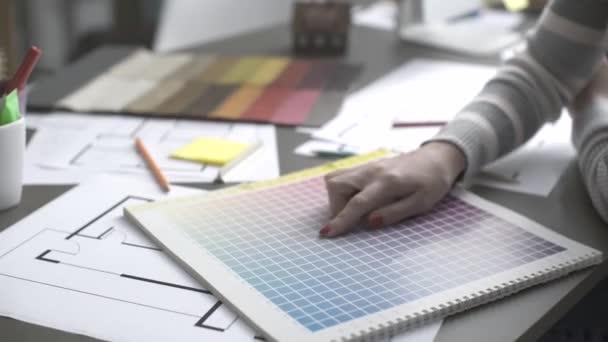 Profesionální návrhář interiérů pracující na projektu