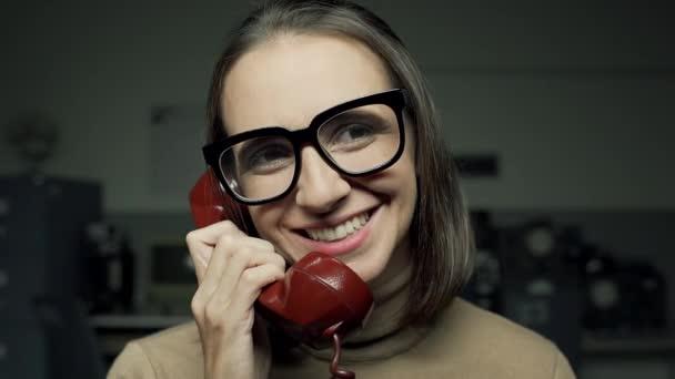 Frau auf der Telefonvideomontage
