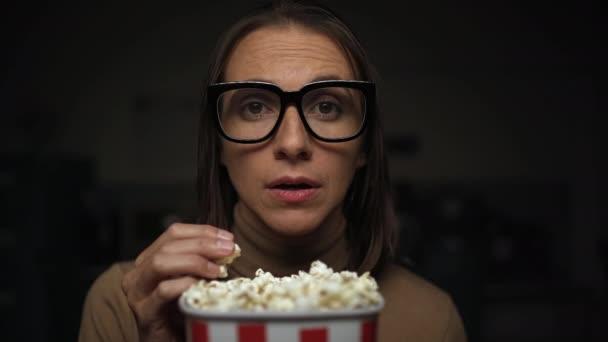 Romantikus filmeket néző nő