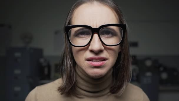 Látásproblémákkal küzdő nő a szemüveg beállításával