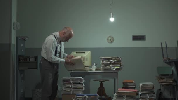 Neorganizovaný podnikatel prohledává soubory ve své kanceláři