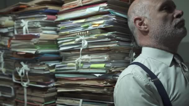 Depresivní stresovaný podnikatel se spoustou papírování