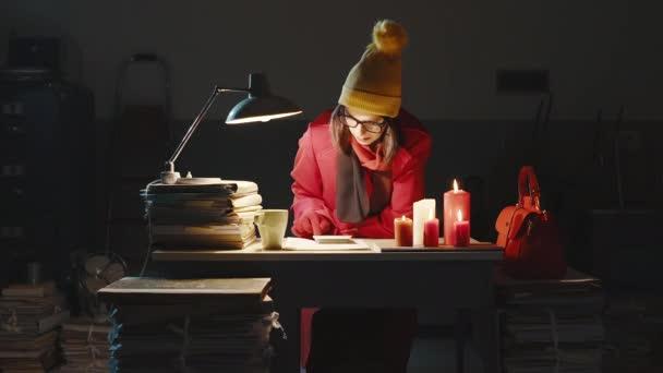 Geschäftsfrau friert nachts im Büro