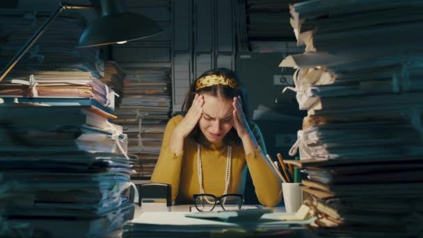 Fáradt, fejfájásos irodai alkalmazott