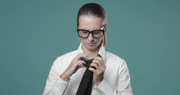 Üzletasszony képtelen nyakkendőt kötni.