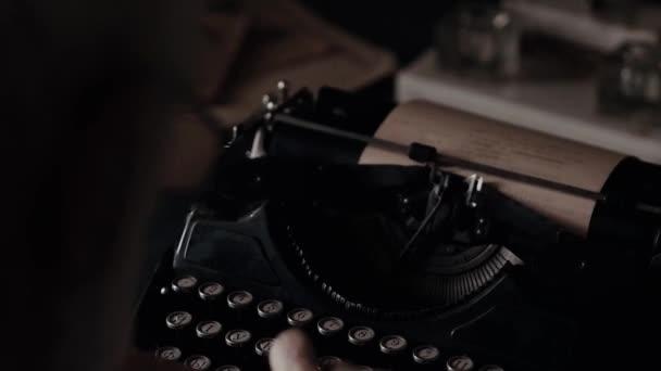 Psaní rukou starého muže na Starý psací stroj, starožitný nástroj spisovatelů, básník nebo spisovatel sloučení tištěné práce, starý nábytek, začátek dvacátého století, rukopis