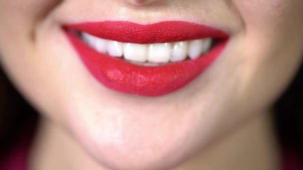 Svůdná zářivý úsměv dívka detail, červená rtěnka na rtech, Sněhurka, dokonce i zuby rozmazaně s červenou rtěnku, Žena usměje, hravě kouše rty