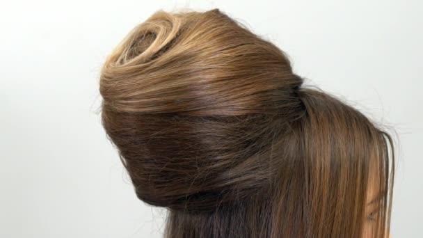 Profi fodrász mutatja a kész frizura, és befejezi a módosítások