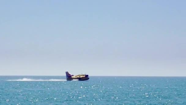 Hašení požáru letadla v nouzové situaci, stírání vody z moře ve Španělsku.