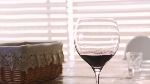nalil do sklenice červené víno