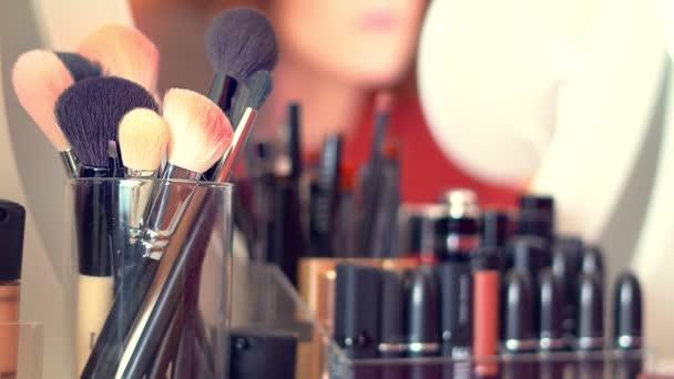 Kosmetické štětce v balíčku na toaletním stolku pro make-up. Kosmetické složení