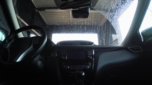 Pohled dovnitř automobilu byly vyvrženy na automat. Mytí aut z uvnitř vozu