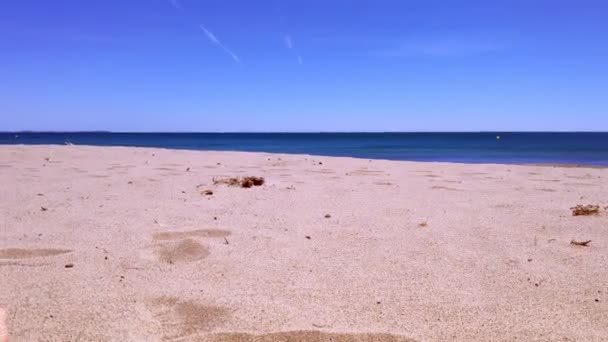 Nyaralás ünnepek. Ember láb Vértes relxing a strandon a napágyon élvező nap napsütéses nyári napon.