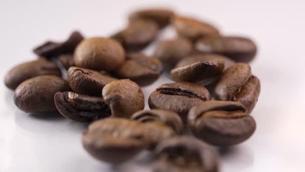 Pád pražených kávových zrn ve zpomaleném filmu.