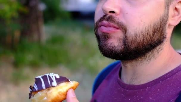 Vousatý muž požívanej chutný čokoládový dort, nezdravá výživa, pomalý pohyb, strava