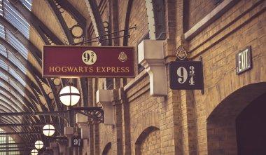 Orlando, Estados Unidos - 10 de maio de 2016: O sinal para a plataforma 9 e 3/4 no tour no Mundo Mgico de Harry Potter no Universal Studios em Orlando, Estados Unidos, em 10 de maio de 2016