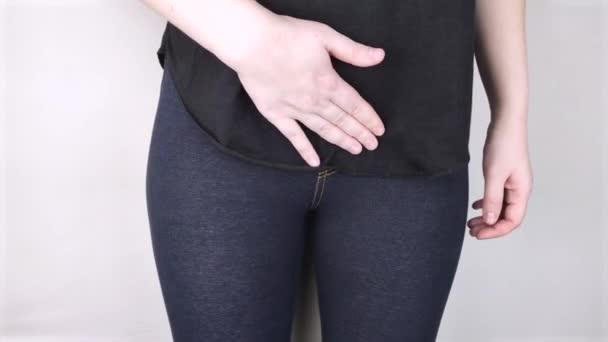 Eine Frau leidet unter Schmerzen in den Beckenorganen. Der Gynäkologe untersucht die Patientin. Schmerzhafte Lage, weibliche Krankheit, Blasenentzündung oder Harninkontinenz