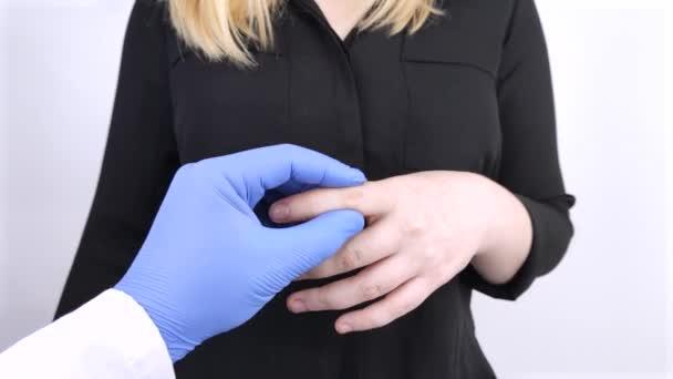 Žena trpí bolestí v prstech. Artritida nebo artróza, opotřebení chrupavky, revmatismus kloubů. Vyšetření revmatologem