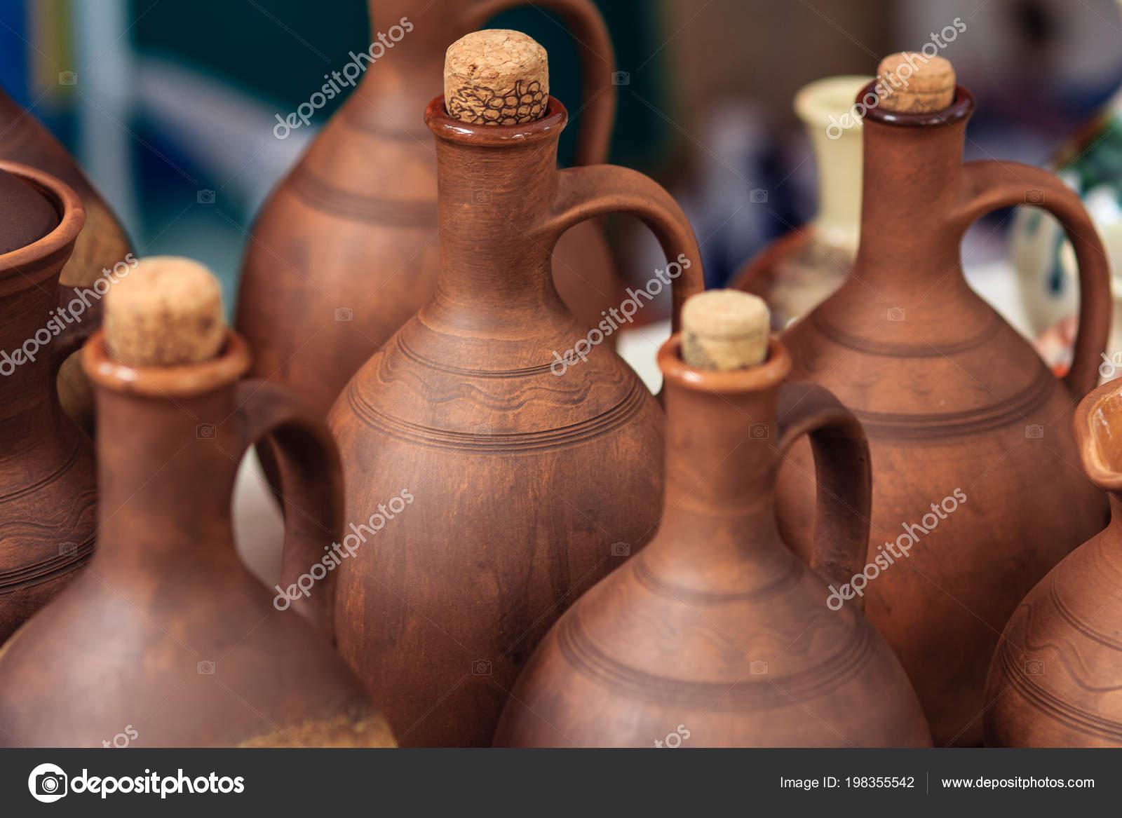Ručně vyráběné hliněné výrobky. Sklenice na víno a olej– stock obrázky c86d726e21