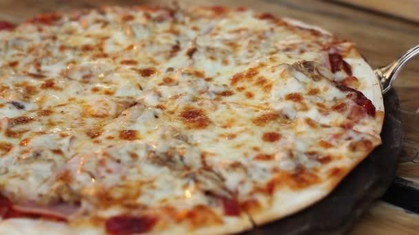 Detailní záběr pořizování plátek domácí pizza s protahováním sýr