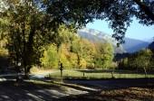 Paesaggio rurale e strada in autunno a Thones, Savoia, Francia