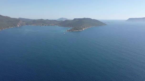 Drone míří k námořnskému pohledu na Kasské město a přístav s krásnými modrými moři a nebem