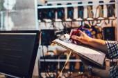Fotografie Programmierer gerade Bitcoin Wechselkurs und manuell schreiben von Daten