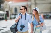 Turistické pár v lásce těší město památek