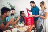 Skupina mnohonárodnostní přátel těší narozeninový večírek