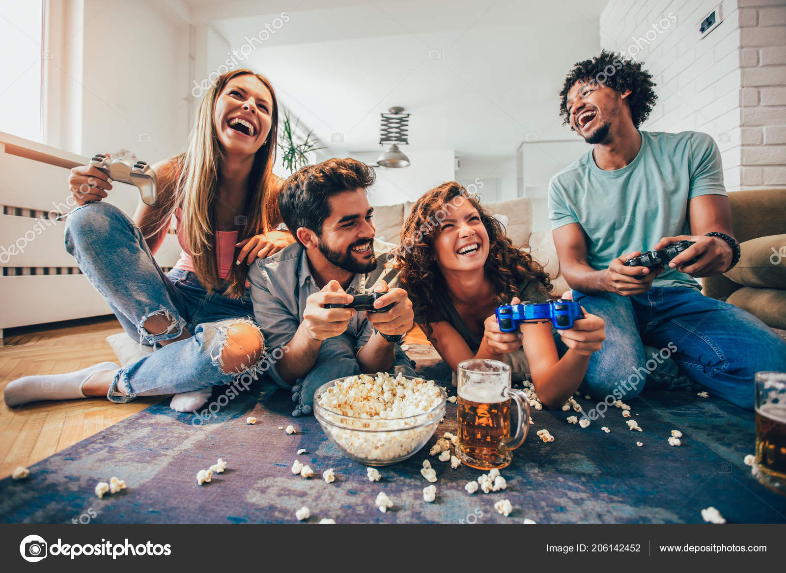 Grupo Amigos Juegan Juegos Video Casa Divertirse Foto De Stock