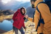 Fotografie Pomocnou ruku - tramp žena získání nápovědy na výlet šťastné překonání překážky