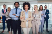 Skupina happy obchodní lidé a společnost zaměstnanců v moderní Bohoslužba