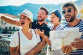 Boldog csoport a turisták, utazás és attrakciók együtt