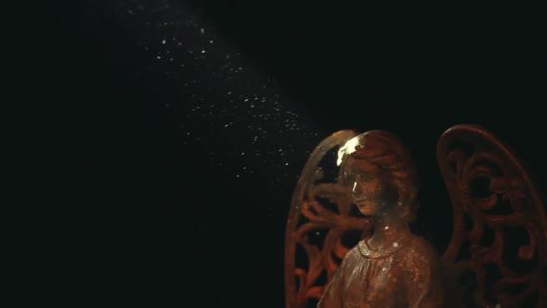 Starý keramický anděl tmavé pozadí