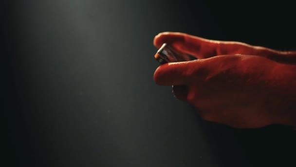 Smartphone ruce tmavé pozadí