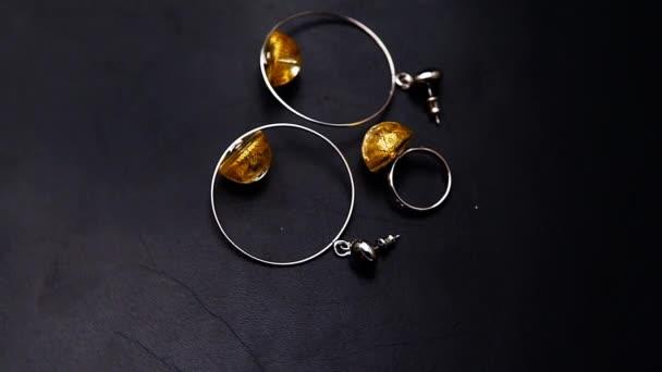 stříbrné náušnice prsten Murano sklo hd záběry tmavé kůže pozadí nikdo