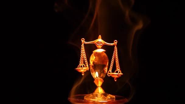 arany igazságügyi mérlegek füst sötét háttér hd felvétel