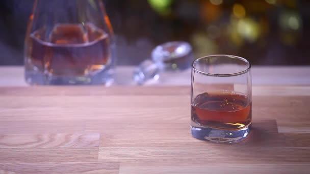 whisky jeges füst üveg fa háttér hd felvétel