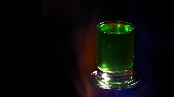 Absinth Schuss Glas Feuer dunkler Hintergrund HD-Filmmaterial