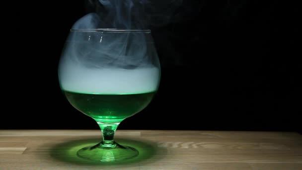 Absinthe Glas Rauch Holztisch hd Filmmaterial niemand