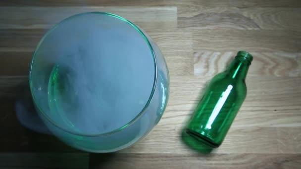 Absinth Glas Rauchen leere grüne Flasche Holztisch HD-Filmmaterial niemand