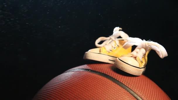 bőr kosárlabda cipők sötét háttér senki HD-felvételeket