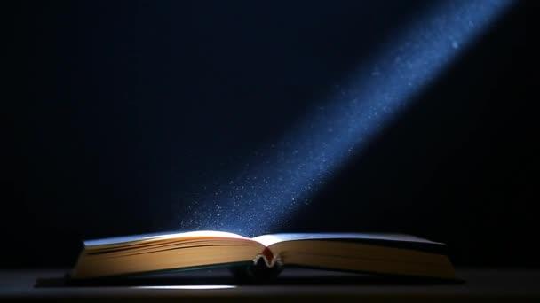 Buch Tisch Staub niemand dunklen Hintergrund hd Filmmaterial