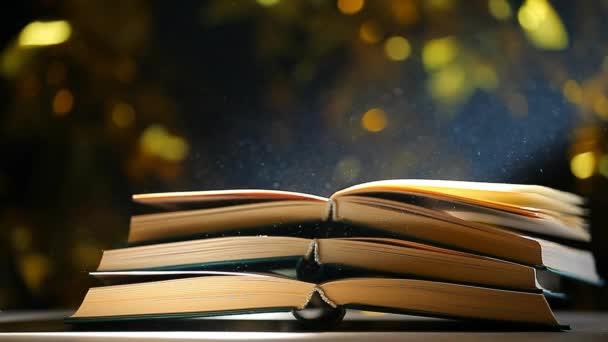 Kniha stůl prach nikdo zlato bokeh HD záběr