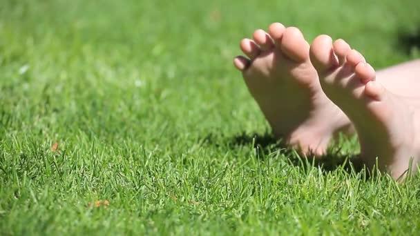 děti dívka noha tráva pozadí HD záběry