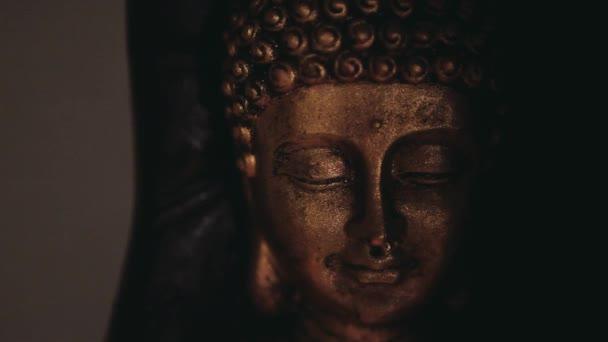 Zlatá Budha tvář socha zeď pozadí