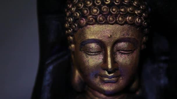 arany Buddha arcát szobor fal háttér