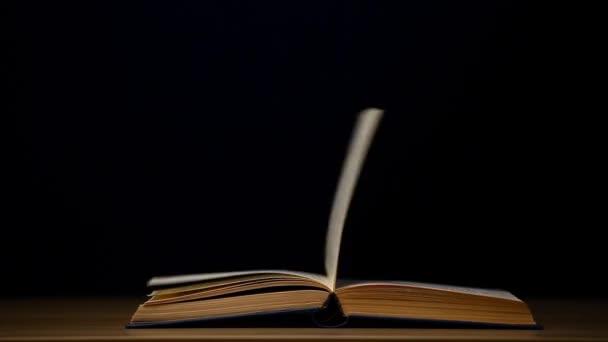 Filmmaterial des Buches mit dunklem Hintergrund